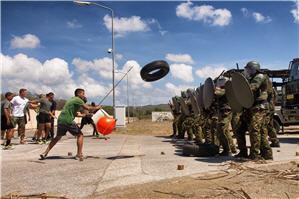Mariniers trainen het in bedwang houden van een woedende menigte