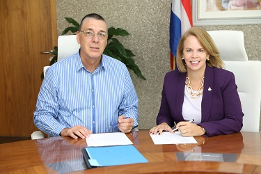 Mr. Renny Arends, who is in charge of Refineria di Aruba (RdA) and the Prime minister Evelyn Wever-Croes signed the Memorandum of Understanding with Citgo.